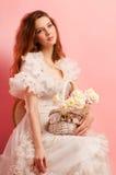 Jeune dame gracieuse dans une robe blanche Photographie stock libre de droits