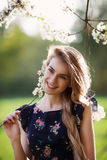 Jeune dame heureuse et arbres de floraison Photographie stock libre de droits