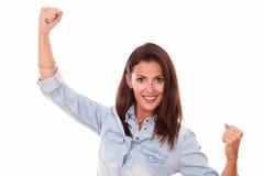 Jeune dame hispanique célébrant sa victoire photos libres de droits