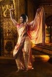 Jeune dame indienne exécutant la danse traditionnelle image stock