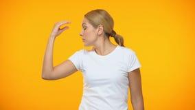 Jeune dame irritée montrant le geste de bla-bla à la main, ennuyant la conversation banque de vidéos