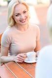 Jeune dame joyeuse parlant avec le parent Images stock