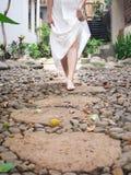 Jeune dame marchant dans le chemin images libres de droits