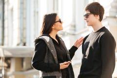 Jeune dame marchant dehors avec son frère Image libre de droits