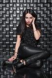 Jeune dame mignonne dans des vêtements noirs photographie stock