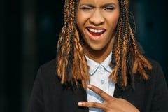 Jeune dame noire joyeuse Victory Gesture images libres de droits