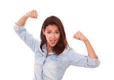 Jeune dame positive célébrant sa victoire photographie stock