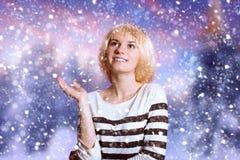 Jeune dame réfléchie avec du charme dans la perruque blanche dessus Image stock