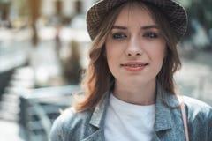 Jeune dame regardant en avant avec joie dehors photographie stock libre de droits