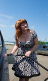 Jeune dame remplissant le véhicule photo stock