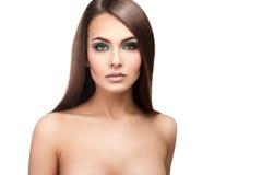 Jeune dame sexy adulte avec le maquillage sain de peau et le strai parfait Photo stock