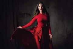 Jeune dame sexy dans la robe rouge de flottement Photos stock