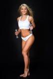 Jeune dame sportive faisant la séance d'entraînement avec des poids Photographie stock