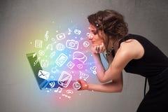Jeune dame tenant le carnet avec des multimédia tirés par la main colorés Photos libres de droits