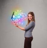 Jeune dame tenant le carnet avec des multimédia tirés par la main colorés Images stock