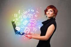 Jeune dame tenant le carnet avec des multimédia tirés par la main colorés Image libre de droits