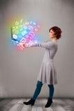 Jeune dame tenant le carnet avec des multimédia tirés par la main colorés Photo stock