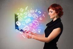 Jeune dame tenant le carnet avec des multimédia tirés par la main colorés Photographie stock libre de droits