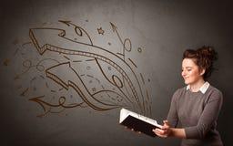 Jeune dame tenant le livre avec des flèches Images libres de droits