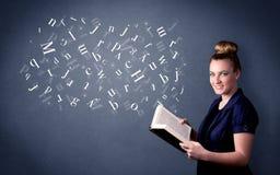 Jeune dame tenant le livre avec des lettres Image libre de droits