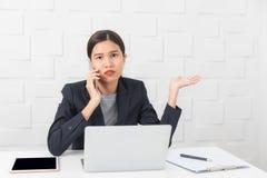 Jeune dame travaillant au bureau image stock