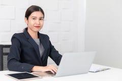 Jeune dame travaillant au bureau images libres de droits