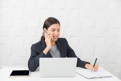 Jeune dame travaillant au bureau images stock