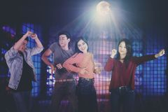 Jeune danse asiatique de personnes dans la boîte de nuit photographie stock