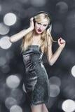 Danse blonde de femme avec des écouteurs Image stock