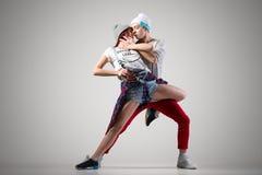 Jeune danse d'amants Photos stock