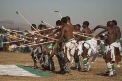 Jeune danse de combat de bâton d'hommes de Basotho Image stock