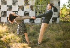 Jeune danse de couples au coucher du soleil Images stock