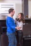 Jeune danse de couples dans la cuisine Photo stock