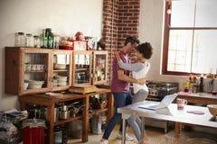Jeune danse de couples de métis dans la cuisine, intégrale Images stock
