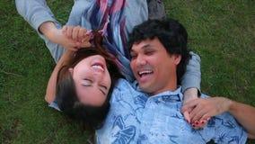 Jeune danse de couples en parc banque de vidéos