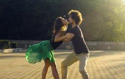 Jeune danse de couples sur la place photos stock