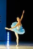 Jeune danse de fille de ballerine sur l'étape Photos libres de droits