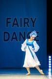 Jeune danse de fille de ballerine sur l'étape Image libre de droits
