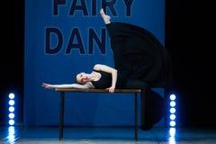 Jeune danse de fille de ballerine sur l'étape Image stock