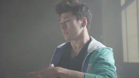 Jeune danse de frappeur de portrait dans un bâtiment abandonné Culture d'houblon de hanche r?p?tition clips vidéos