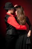 Jeune danse de passion de couples sur le dos de lumière rouge Image stock