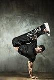 Jeune danse de rupture d'homme intense photo libre de droits