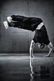 Jeune danse de rupture d'homme intense photos libres de droits