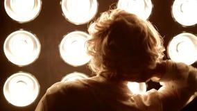 Jeune danse femelle de danseur devant la lumière de studio banque de vidéos