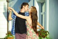 Jeune danse heureuse de couples à l'extérieur Images stock