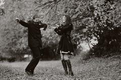 Jeunes couples heureux ayant l'amusement Images libres de droits