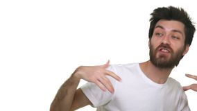 Jeune danse lâche décontractée de chant d'homme aux mains de ondulation de musique de club sur le fond blanc banque de vidéos