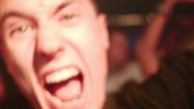 Jeune danse masculine caucasienne attrayante dans un club banque de vidéos