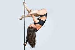 Jeune danse sexy de pôle d'exercice de femme Image libre de droits