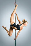 Jeune danse sexy de pôle d'exercice de femme Photos stock